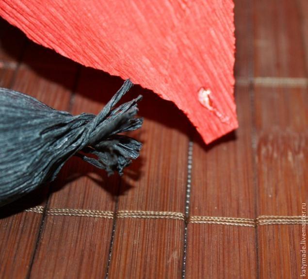 мак из конфет и гофробумаги мастер-класс (11) (635x575, 166Kb)