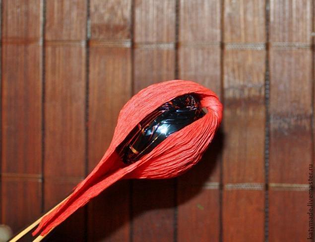 мак бутон из конфет и гофробумаги (4) (635x488, 129Kb)