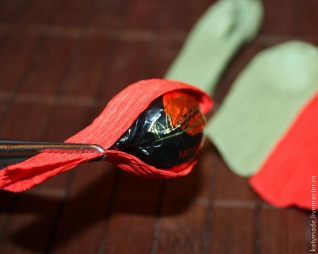 мак бутон из конфет и гофробумаги (22) (635x508, 97Kb)