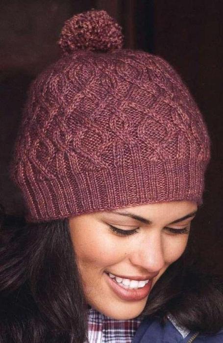 вязаной шапки с помпоном.