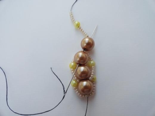 Красивый браслет из бисера и бусин. Фото мастер-класс (14) (520x390, 82Kb)