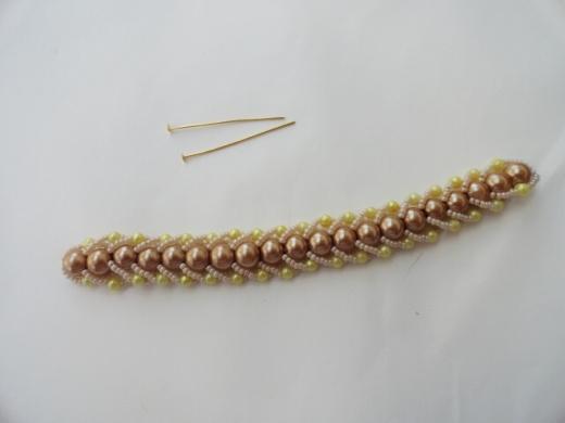Очень нежный и красивый браслет из бисера и жемчужных бусин. .  Смотрите фото мастер-класс по плетению ниже.