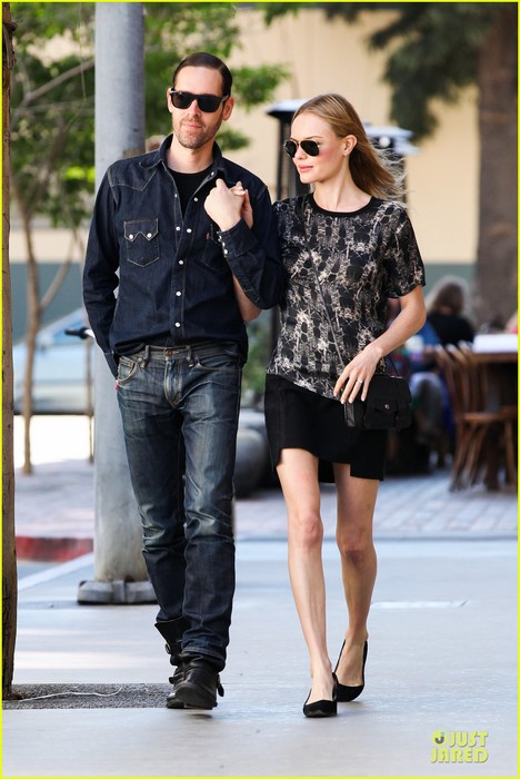 kate-bosworth-michael-polish-hold-hands-after-catalina-festival-03 (468x700, 85Kb)