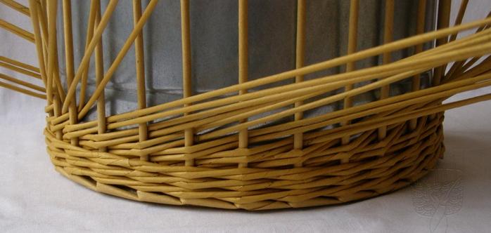 Плетение из газет. Интересный узор для корзинки. Мастер-класс (6) (700x332, 346Kb)