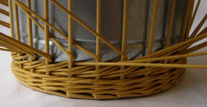 Плетение из газет. Интересный узор для корзинки. Мастер-класс (10) (700x364, 381Kb)