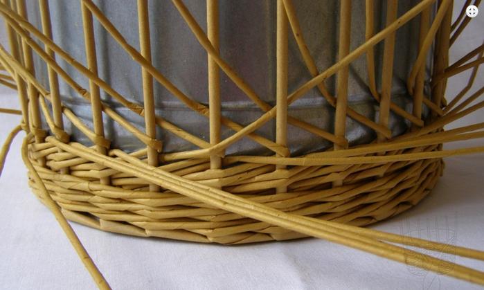 Плетение из газет. Интересный узор для корзинки. Мастер-класс (12) (700x419, 449Kb)