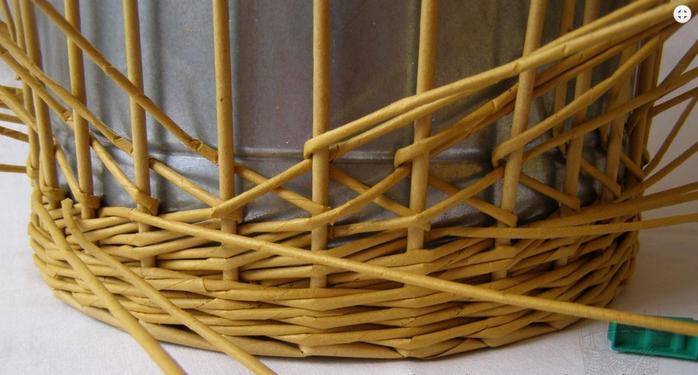 Плетение из газет. Интересный узор для корзинки. Мастер-класс (14) (700x375, 413Kb)