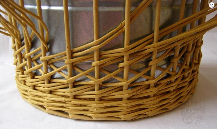 Плетение из газет. Интересный узор для корзинки. Мастер-класс (18) (700x415, 456Kb)