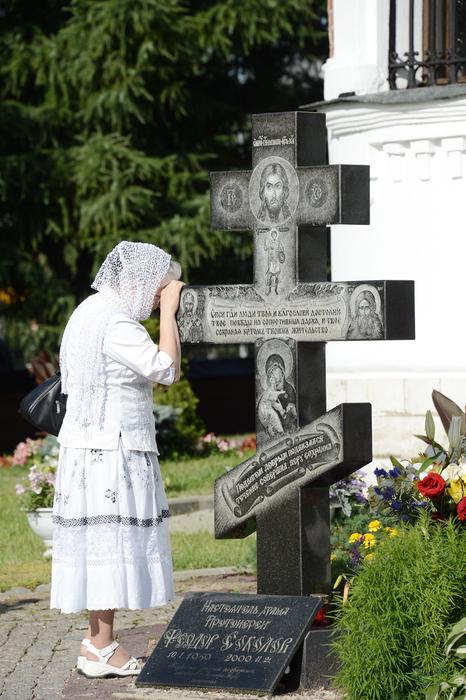 У могилы отца Феодора Соколова (466x700, 335Kb)