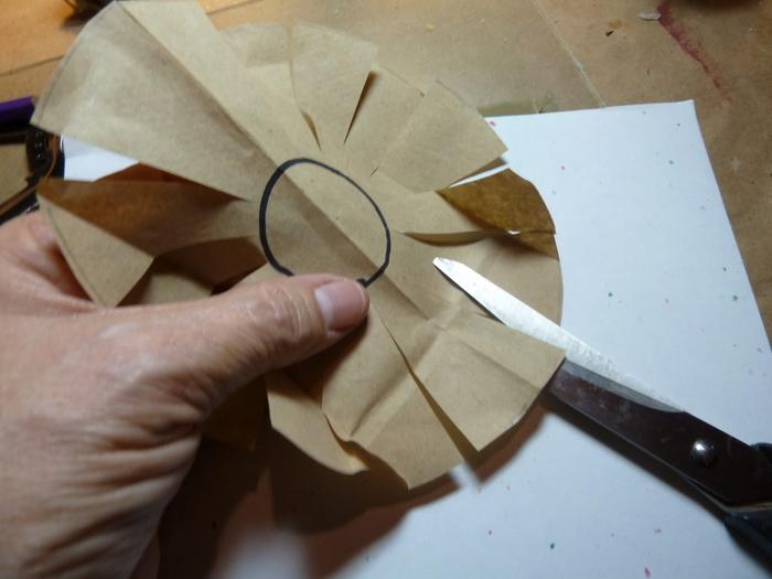 Миниатюрное ведерко из пластикового стаканчика и упаковочной бумаги (2) (700x525, 190Kb)
