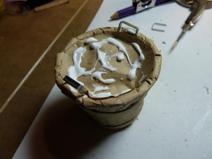 Миниатюрное ведерко из пластикового стаканчика и упаковочной бумаги (13) (700x525, 173Kb)