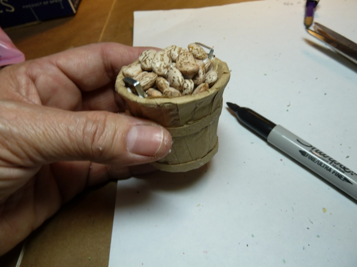 Миниатюрное ведерко из пластикового стаканчика и упаковочной бумаги (14) (700x525, 172Kb)