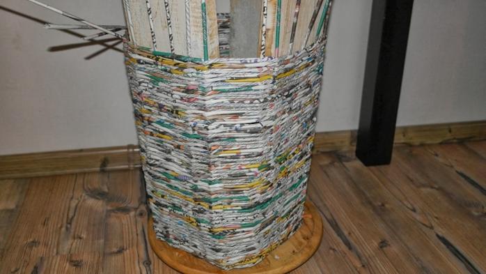 Плетение из газет. Высокое кашпо для комнатного фикуса (5) (700x393, 203Kb)