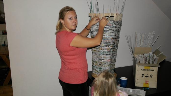 Плетение из газет. Высокое кашпо для комнатного фикуса (8) (700x393, 144Kb)