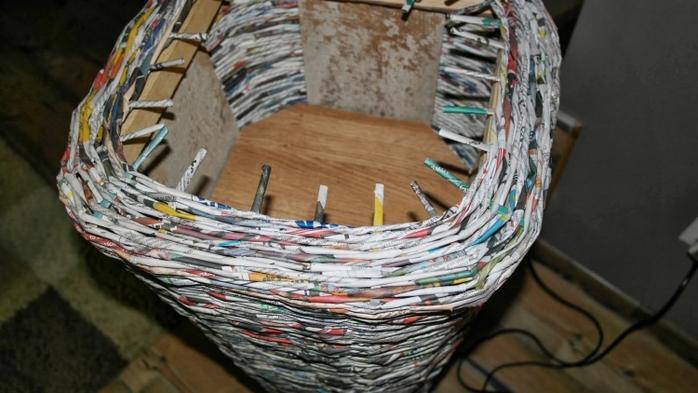 Плетение из газет. Высокое кашпо для комнатного фикуса (10) (700x393, 205Kb)