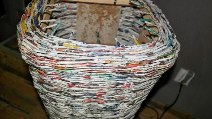 Плетение из газет. Высокое кашпо для комнатного фикуса (11) (700x393, 217Kb)