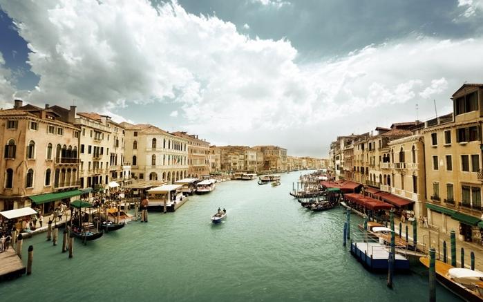veneciya_italiya_grand_kanal_arhitektura_zdaniya_voda_gondoly_lodki_lyudi_doma_nebo_pasmurno_1680x1050 (700x437, 239Kb)