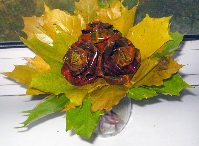Букет роз из осенней листвы/1381058451_rozalist (700x515, 92Kb)