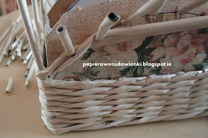 Плетение из газет. Шкатулка-сундучок из коробки. Мастер-класс (18) (700x465, 218Kb)