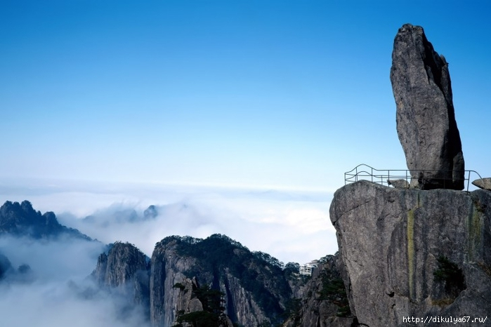 Flying-Rock-at-Huangshan-Southern-Anhui-Province-China-485x728 (700x466, 172Kb)