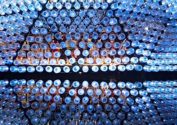 инсталляция из пластиковых бутылок гонконг 3 (570x403, 423Kb)