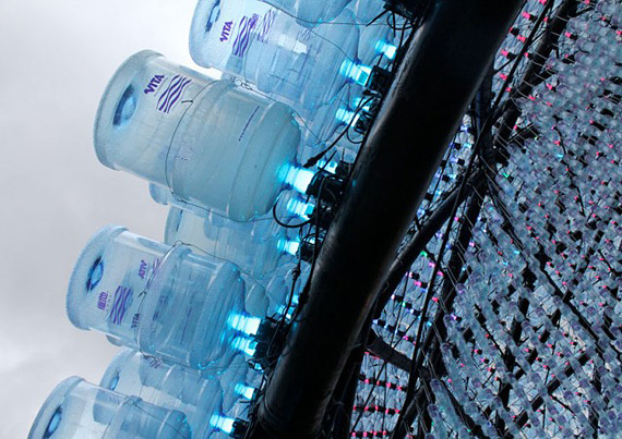 инсталляция из пластиковых бутылок гонконг 5 (570x403, 264Kb)