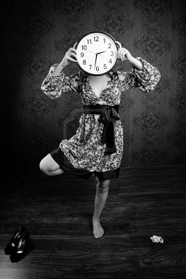 8983521-an-black-and-white-image-of-a-woman-with-a-big-clock (267x400, 26Kb)