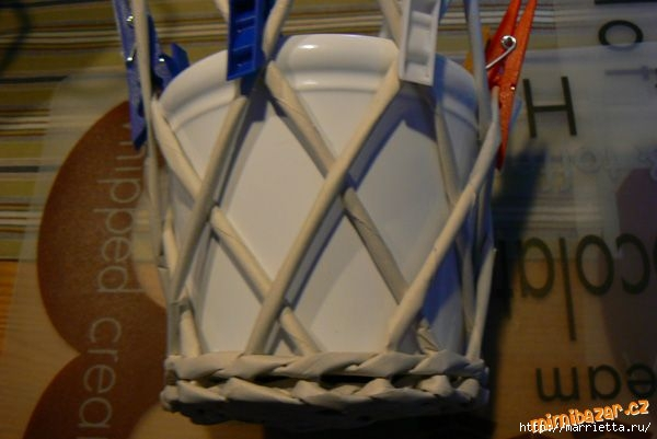 Плетение из газет. Винтажное кашпо из газетных трубочек. Идеи и мастер-класс (16) (600x401, 104Kb)