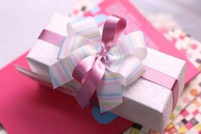 Бант из атласной ленты на подарок своими руками