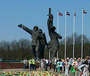 В Оиге хотят снести памятник Освободителям (295x249, 26Kb)