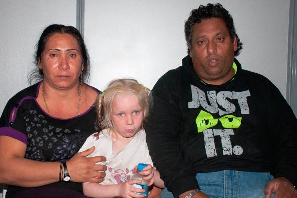 девочку отобрали у цыган в Греции (600x400, 192Kb)
