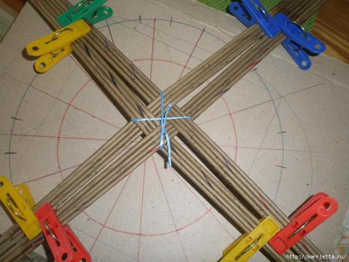 Плетение из газет. Интересный вариант плетния для панно или крышки корзинки (6) (700x525, 184Kb)