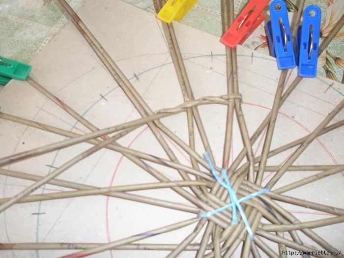 Плетение из газет. Интересный вариант плетния для панно или крышки корзинки (9) (700x525, 178Kb)