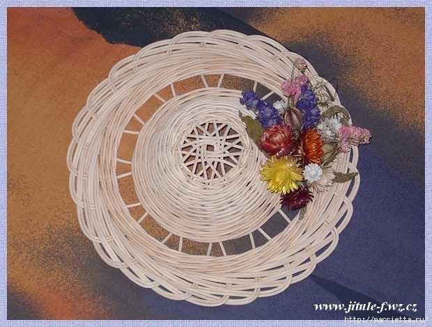 Плетение из газет. Интересный вариант плетния для панно или крышки корзинки (17) (620x470, 151Kb)
