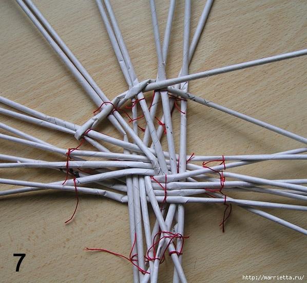 Плетение из газет. Интересный вариант плетния для панно или крышки корзинки (27) (598x550, 264Kb)
