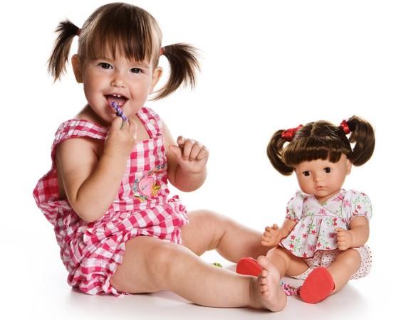 Девочка с куклой. (563x450, 52Kb)