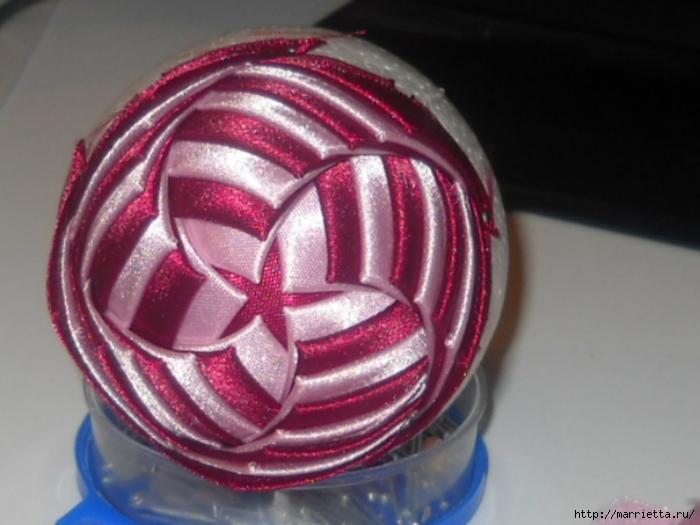 Новогодний шар своими руками из ленточек