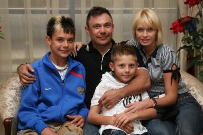 Костя Цзю с семьей (410x273, 48Kb)