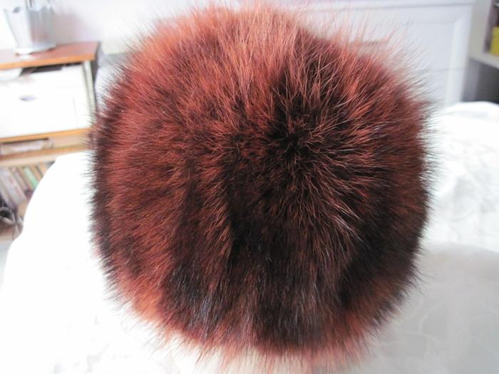 От переделанной мною енотовой шубы осталось много меха (вот тут). и решила себе шапочку связать- сшить.