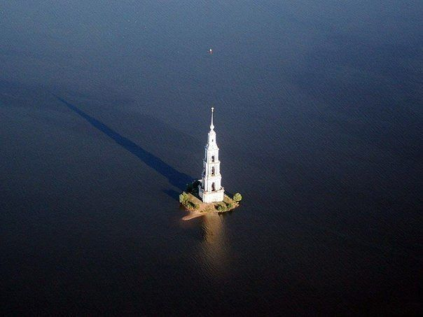 одинокий памятник святости - колокольня в Калязине (604x453, 32Kb)