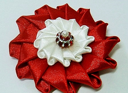 Цветы Канзаши из атласных лент/1382930543_1 (449x327, 71Kb)