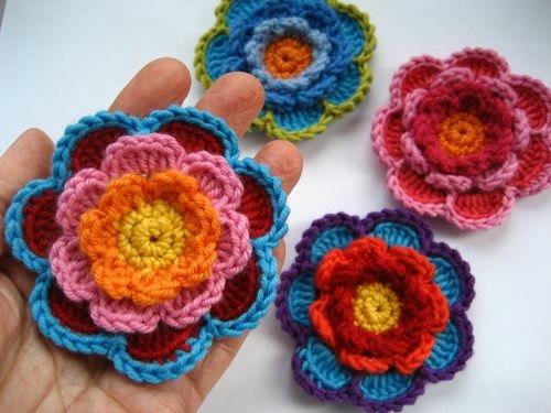 Вязаные  цветы в три слоя