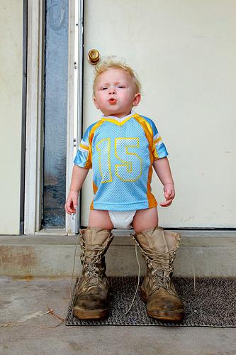 мальчик одевает ботинки1 (333x500, 121Kb)