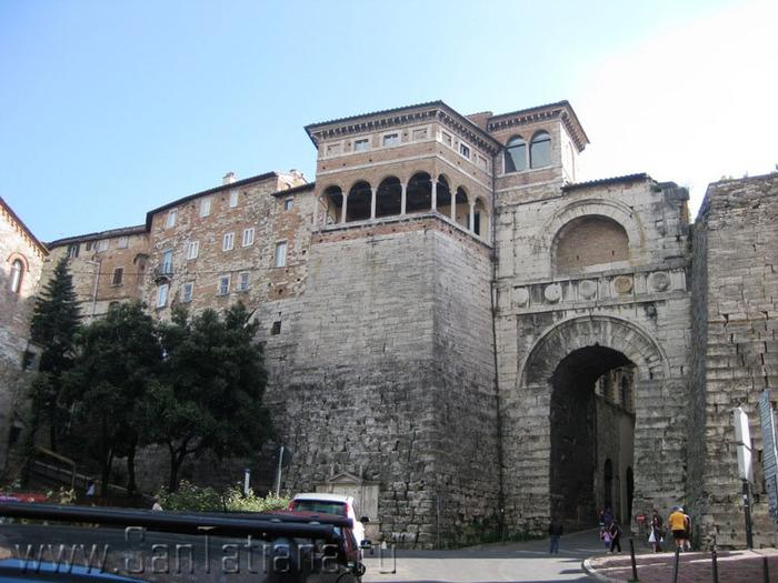 этрусская стена и ворота в Перудже (700x525, 130Kb)