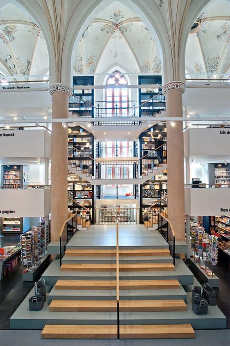 книжный магазин в церкви фото 2 (466x700, 472Kb)