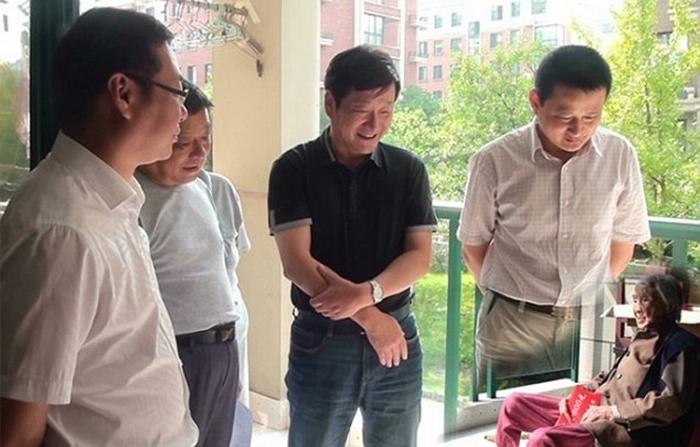 китайские чиновники фотожаба 1 (700x447, 186Kb)