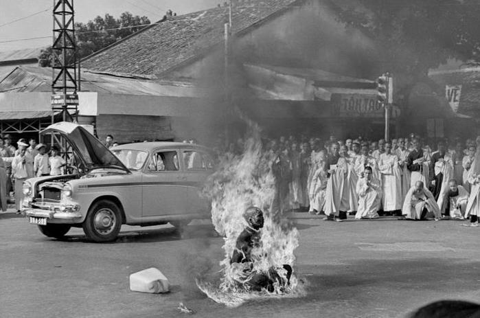 самосожжение буддийского монаха в сайгоне (700x463, 52Kb)