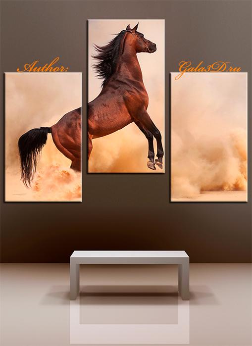 Бегущая лошадь на песке.