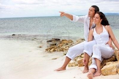 5593254-beautiful-loving-couple-portrait-at-the-beach (400x267, 25Kb)