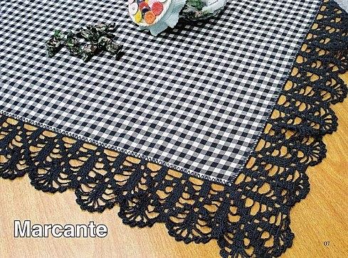 Салфетка из кусочков атласной ленты, обвязанных крючком своими руками